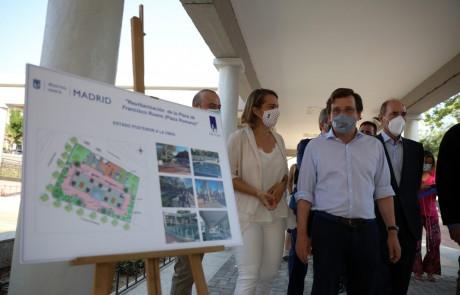 Joaquin Molpeceres acude a la obra finalizada de la plaza de Usera Francisco Ruano